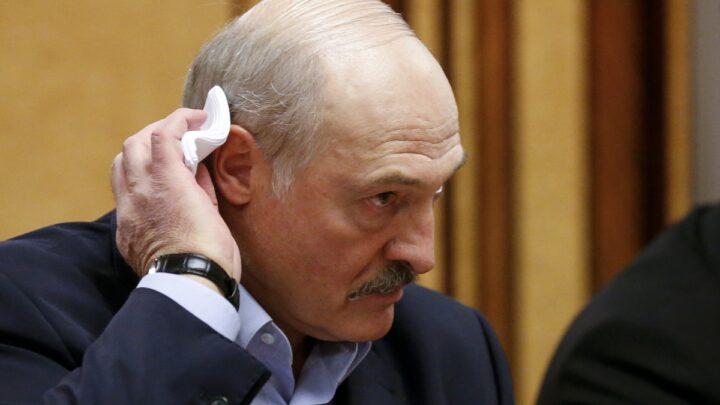 Лукашенко призвал военных не отдавать страну